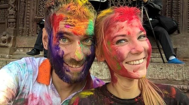 V Nepále počas sviatku Holi s priateľkou Martou.