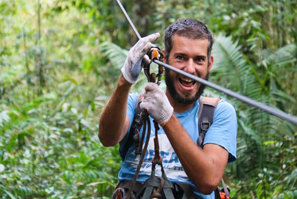Na lanovej drahe nad pralesom v Laose.