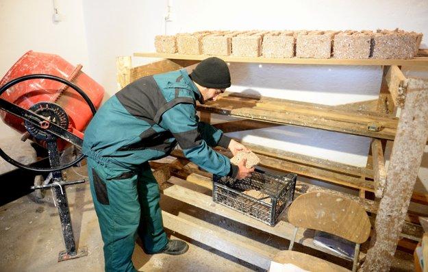 Časť ekobrikiet je distribuovaná osamelým starým ľuďom a časť si vezmú výrobcovia ako naturálnu odmenu.