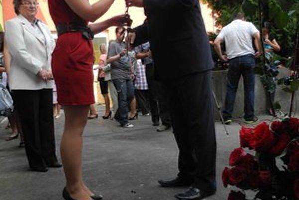 Začiatok školského roka rozbiehal Dušan Čaplovič v základnej škole v Dobšinej s ružami.