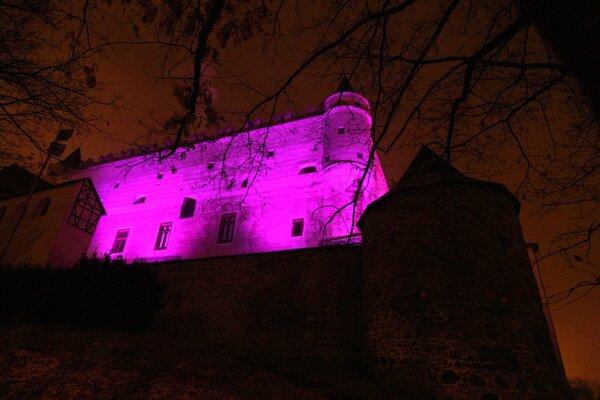 Na purpurovo zažiaril tento rok aj Zvolenský zámok.