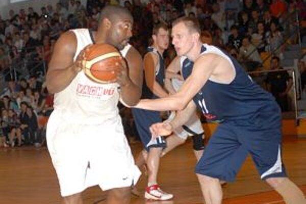 Jozef Vojtek (vpravo) ešte v drese MBK. V súčasnosti je aj s Hillom (vľavo) v tíme Levíc.