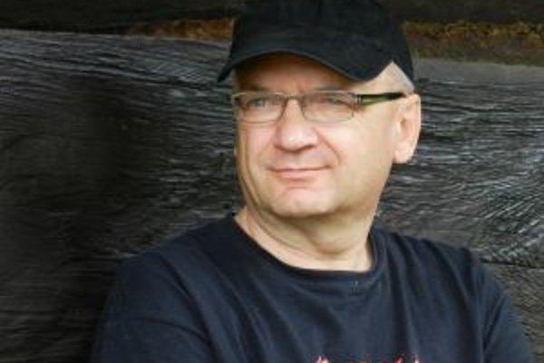 Narodil sa v roku 1958 v Trenčíne. Vyštudoval žurnalistiku na Filozofickej fakulte Univerzity Komenského v Bratislave. Publikoval v regionálnych aj celoštátnych médiách, po novembrovej revolúcii kandidoval do parlamentu za SDĽ. Neskôr podnikal v oblas