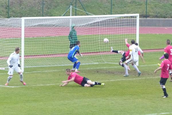 Ladislav Szöcs strieľa druhý gól Skalica proti Martinu.