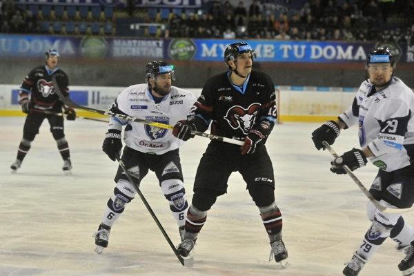 Na snímke druhý vľavo Dominik Kadura (MHC Martin), Jordan Hickmott (Banská Bystrica) a Jere Pulli (Martin).