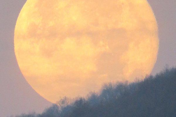 Superspln Mesiaca pozorovaný vRožňave. Ranná fotografia z15.11. – zapadajúci Mesiac krátko po supersplne.