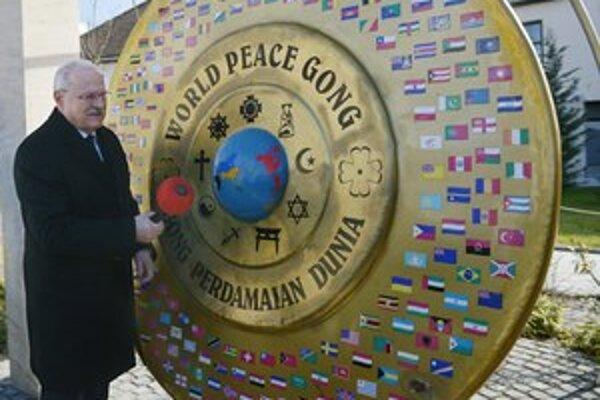 Gašparovič v Gödöllő  symbolicky udrel aj na svetový gong mieru.