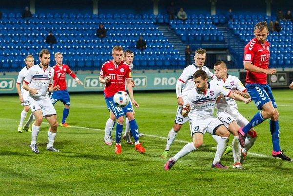 Futbalisti FC ViOn (v bielych dresoch) priviezli mimoriadne cenné tri body zo Senice.