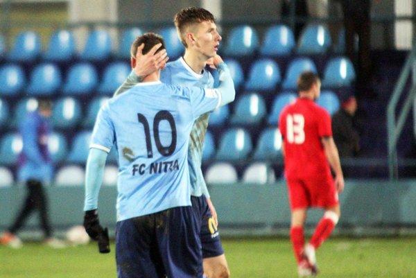 Filip Balaj sa teší s Marcelom Oravcom z víťazstva nad Sereďou.