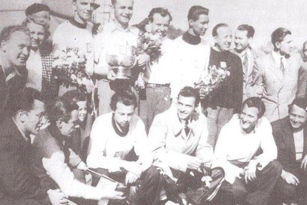 Basketbaloví majstri Európy 1946, v dolnom rade vpravo štyria Slováci: Hluchý, Bobocký, Herrmann, Křepela.
