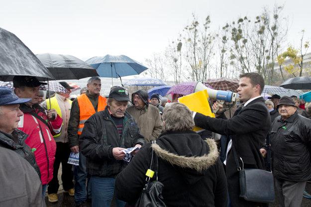 Bývalí zamestnanci SCP a členovia občianskeho združenia Eko papier na protestnom zhromaždení v Bratislave.