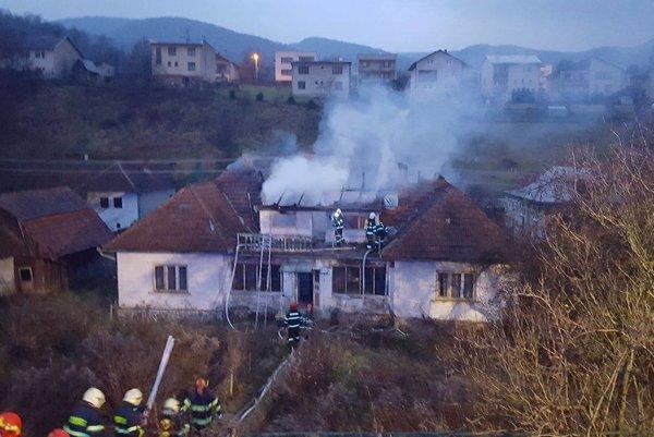 Komplikovaný požiar hasiči likvidovali vyše tri hodiny.