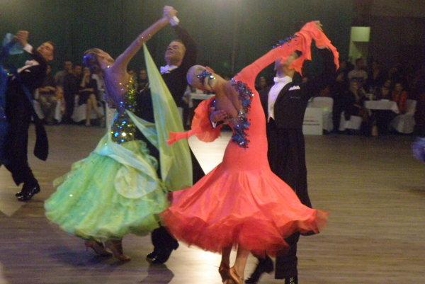 Tanečné páry počas súťaže v štandardných tancoch
