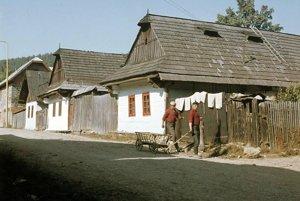 Heľpa - rok 1969. Z pôvodnej zástavby a drevených domov zostal do dnešných dní iba zlomok. Niektoré zo stavieb chceli zachrániť a premiestniť do Slovenskej Ľupče.