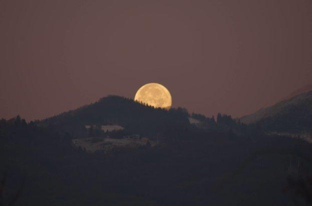 Obrí mesiac, keď ponad Valču zapadal za Hnilickú Kýčeru.