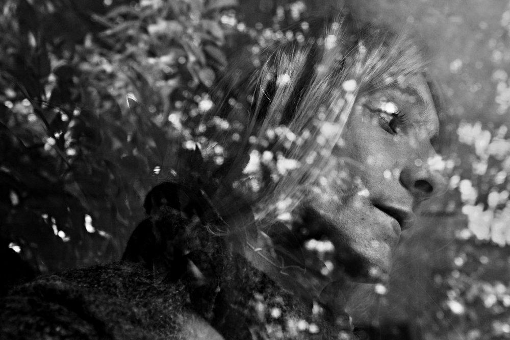 PROBLÉMY DNEŠNEJ DOBY: Peter Dobis, voľný fotograf – Petronela/Slovnaftská ulica. Slovnaftská ulica v Bratislave je neslávne známa ako miesto s najväčším výskytom prostitúcie. Nachádza sa v druhom bratislavskom obvode v blízkosti bytového komplexu Pentagon. Napriek surovému spôsobu života tu všetci zostávajú citlivými ľudskými bytosťami.