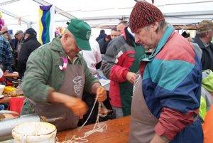 Súťažiaci pripravujú črievka na napĺňanie mäsovou zmesou.