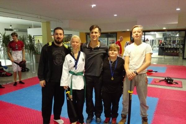 Zľava: Richard Šomodský (klubový masér), Diana Čomorová (trénerka), Boris Lieskovský (reprezentačný tréner), Kamil Perniš (striebro) a Peter Tojčík.