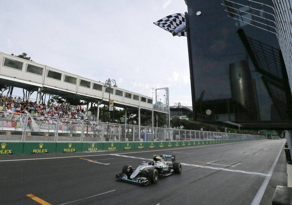 Víťazom Veľkej ceny Európy v Baku sa stal Lewis Hamilton.