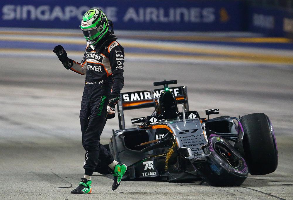Nico Hulkenberg z tímu Force India po náraze do steny na okruhu v Singapure.