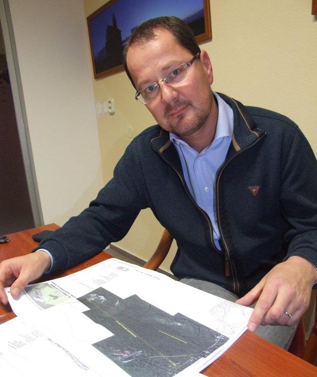 Biskupský ekonóm Martin Štofko so štúdiou lanovky.