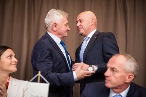 Sprava novozvolený prezident SOV Anton Siekel a bývalý prezident SOV František Chmelár počas volebného 51. valného zhromaždenia Slovenského olympijského výboru (SOV).