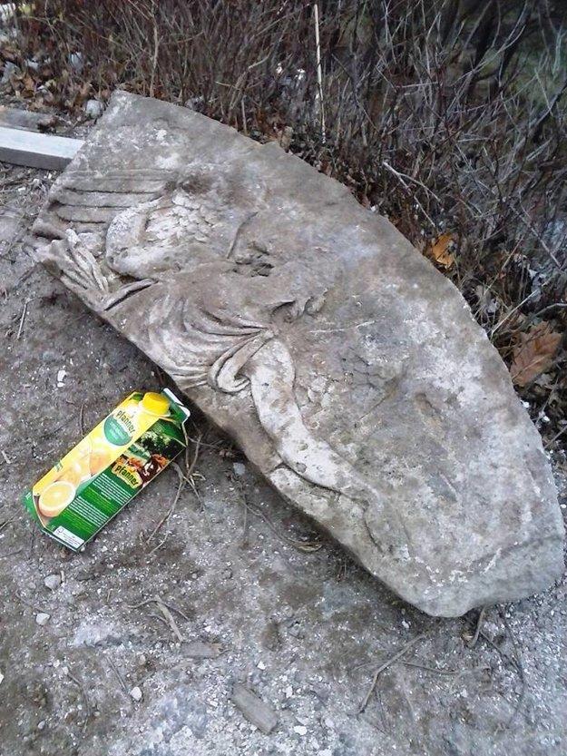 Nález. Schod z druhej strany ukrýval reliéf s motívom anjela. Škatuľu džúsu použili ako mierku.