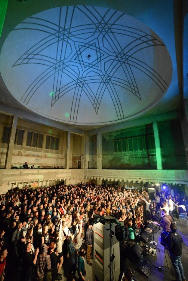 Už počas prestavby prebiehalo v synagóge množstvo podujatí. Na snímke koncert kapely Bez ladu a skladu pod zrekonštruovanou kupolou.