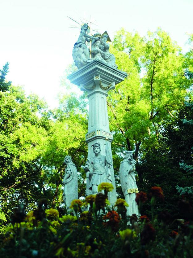Dominantou námestia je Socha Nanebovzatia Panny Márie.