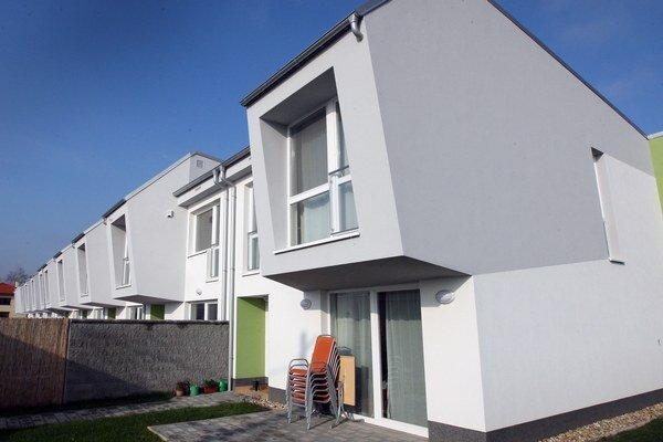 K medzikvartálnemu zníženiu priemerných cien bývania prispelo hlavne zníženie cien domov o 25 eur. Priemerné ceny bytov klesli o tri eurá na meter.