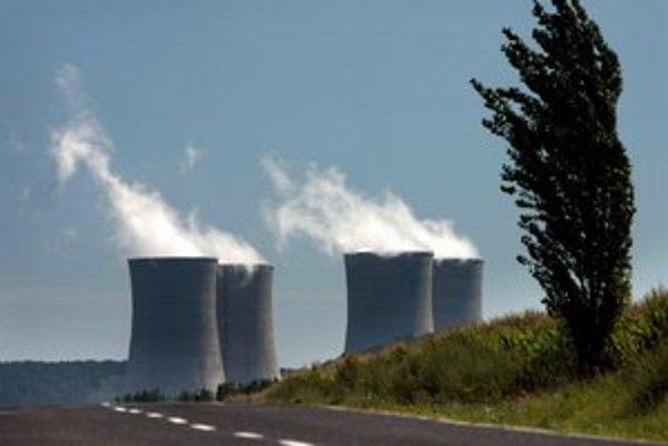 Chladiace veže jadrovej elektrárne Mochovce.
