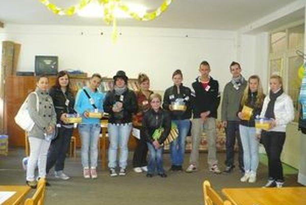 S nezábudkami pomáhali aj študenti - dobrovoľníci.
