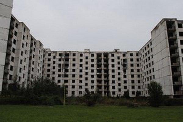 Chátrajúci bytový komplex na sídlisku SNP. Snímka z roku 2014.