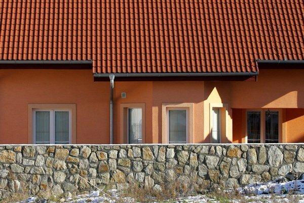 V modelovom príklade rodinného domu s pozemkom zaplatí napríklad obyvateľ Sobraniec o vyše sto percent viac ako vlani – necelých 33 eur. Výrazne viac to bude aj v Michalovciach, Levoči, Bytči alebo Zlatých Moravciach. Naopak, v Moldave dane znižovali.