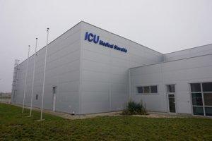 Výrobnú halu pre ICU Medical postavili v roku 2010, má rozlohu zhruba 7 000 štvorcových metrov.
