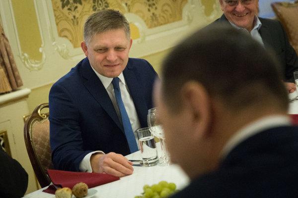Predseda vlády Robert Fico počas obedu s predsedami samosprávnych krajov SR pred spoločným rokovaním na Úrade vlády SR.