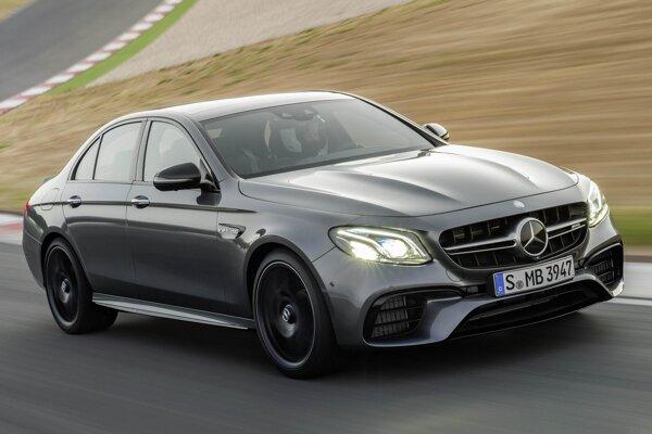 Športový Mercedes-AMG E 63 S 4MATIC+. Predná časť sa vyznačuje výraznými aerodynamickými prvkami, vo zväčšených blatníkoch sú mohutné 20-palcové kolesá.