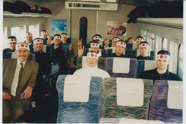 S hokejovým mančaftom počas presunu vlakom na olympiáde.