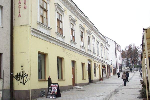 Meštiansky dom na Kupeckej ulici má zadebnené okná, sklo z nich vypadalo.