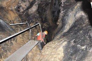 Jaskyniari neodporúčajú prehliadku Brestovskej jaskyne ľuďom sklaustrofóbiou. Prehliadková trasa má 240 schodov, mnohé sú strmé.