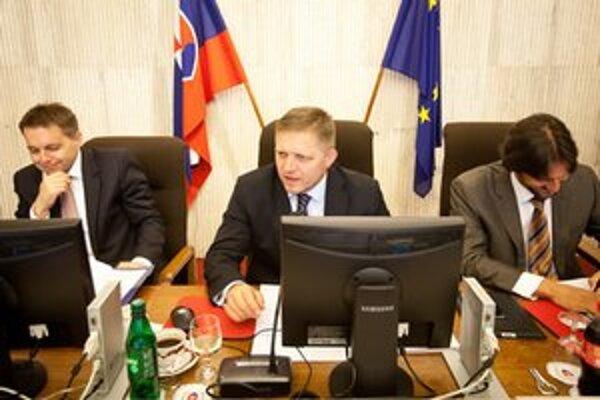 Sprava minister vnútra Robert Kaliňák, predseda vlády Robert Fico a minister financií Peter Kažimír počas rokovania vlády.