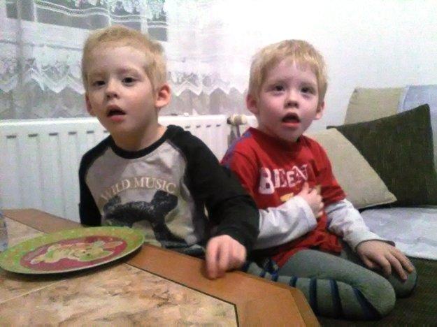 Tomáško (vpravo) so svojím bratom. Sú dvojičky. Tomáško ale za Matúšom zatiaľ nestíha.