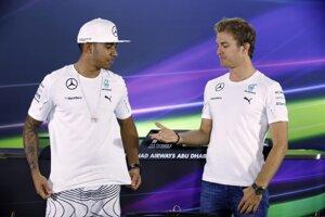 Lewis Hamilton (vľavo) bude mať nového tímového kolegu. Nico Rosberg (vpravo) ukončil kariéru.
