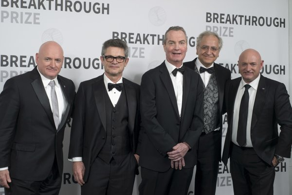 Zľava: Astronaut Scott Kelly, výhercovia ceny za elementárnu fyziku Andrew Strominger, Joseph Polchinski a Cumrun Vafa a astronaut Mark Kelly.