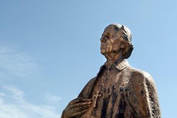 Hlinkova socha v nadživotnej veľkosti na námestí v Ružomberku.