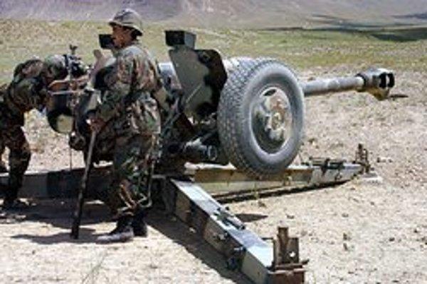 Afganskí vojaci pri streľbe z húfnice D-30.