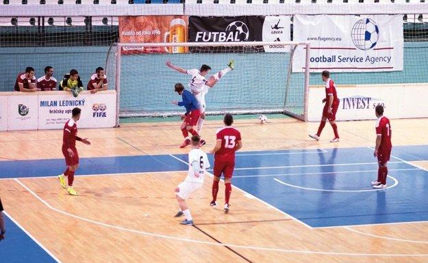 Nováčik z Bábu (v červenom) zaznamenal v skupine dve remízy a do play-off nepostúpil.