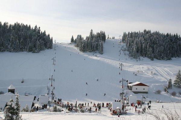 Stredisko v Litmanovej. Na svahoch je aktuálne 40 cm snehu a podmienky na lyžovanie sú veľmi dobré.