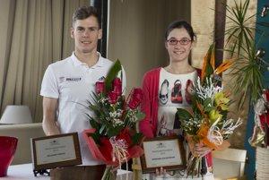 Na snmke víťazi ankety Športovec Slovenskej triatlonovej únie Richard Varga (vľavo) a Romana Gajdošíková (vpravo).