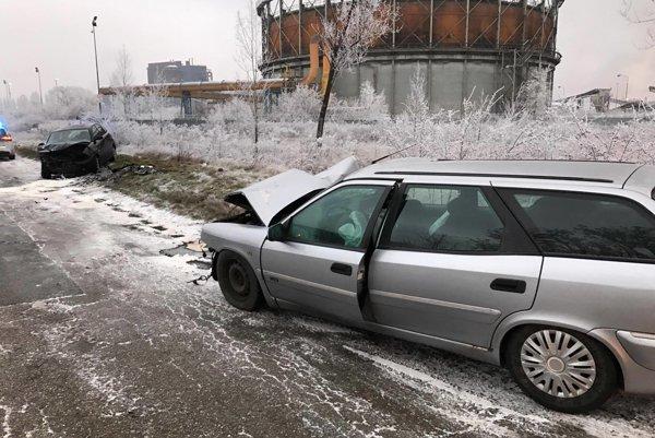Po zrážke. Autá sú zdemolované, vodiči zranení.